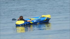 Rowing del kajak del placer del ocio en el agua almacen de metraje de vídeo