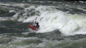 Rowing del Kayaker en las aguas salvajes almacen de video
