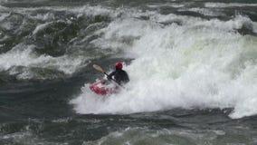 Rowing del Kayaker en las aguas salvajes almacen de metraje de vídeo