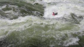 Rowing Kayaker на одичалых водах сток-видео