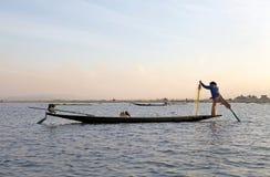 Rowing y pesca de la pierna en el lago Inle Myanmar Foto de archivo