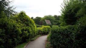 Rowntree parkerar och arbeta i trädgården i sommaren York England UK fotografering för bildbyråer
