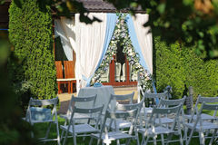 Rows of white folding chairs lawn before wedding ceremony Royalty Free Stock Photos