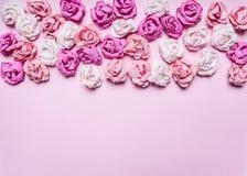 Różowy tło z kolorową papierową róż dekoracj walentynki dnia granicą, miejsce teksta odgórnego widoku zakończenie up Obrazy Stock