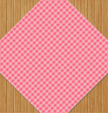 Różowy W kratkę Tablecloth na Brown dębu Drewnianym stole Zdjęcia Royalty Free