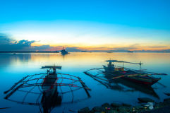Roxas blvd met Kleine boot Stock Fotografie