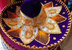 Roxo do chapéu mexicano do mariachi de Charro e dourado azuis fotos de stock royalty free