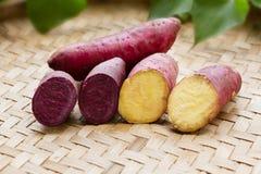 Roxo e amarelo da batata doce na bandeja de madeira foto de stock royalty free