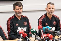 Roy Keane und Ryan Giggs bei der VormatchPressekonferenz bei Pairc Ui Chaoimh, für das Liam Miller Tribute-Match lizenzfreie stockfotos