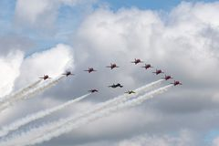 Royal Air Force Czerwone strzała zespalają się latanie w formaci z domokrążcy myśliwym i dwa Folland meszkami obrazy royalty free