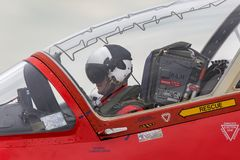 Royal Air Force-Pilot bereitet sich für Start im Cockpit eines roten Pfeil-British Aerospace Falken T vor 1 Jet-Trainerflugzeug lizenzfreie stockfotos