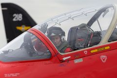 Royal Air Force-Pilot Flight Lieutenant Mike Child im Cockpit eines roten Pfeil-British Aerospace Falken T 1 Jet-Trainerflugzeug stockfoto