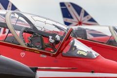 Royal Air Force steuern in das Cockpit eines roten Pfeil-British Aerospace Falken T 1 Jet-Trainerflugzeug lizenzfreie stockfotografie