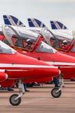 Royal Air Force steuern in das Cockpit eines roten Pfeil-British Aerospace Falken T 1 Jet-Trainerflugzeug stockfotografie