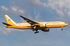 Royal Brunei Airlines Boeing 777-212/ER V8-BLA na podejściu ziemia przy Melbourne lotniskiem międzynarodowym Fotografia Stock