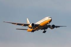 Royal Brunei Airlines Boeing 777-212/ER v8-BLA op benadering van land bij de Internationale Luchthaven van Melbourne stock fotografie