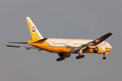 Royal Brunei Airlines Boeing 777-212/ER V8-BLA på inställningen som ska landas på Melbourne den internationella flygplatsen Arkivbilder