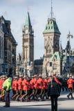 Royal Canadian Mounted Police, RCMP, Mounties, en el uniforme rojo formal, coloc?ndose el d?a de la conmemoraci?n delante del par imagen de archivo