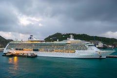 Royal Caribbean-het Juweel van het Overzees kruist Schip in Sint Maarten Cruise Port Terminal wordt gedokt dat royalty-vrije stock foto's