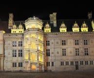 Royal Château de Blois belichtet nachts, Frankreich Stockbild
