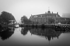 Royal Dutch mintkaramell som bygger Utrecht i svartvitt Royaltyfria Foton