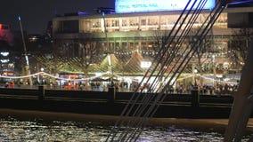 Royal Festival Hall colorido en Londres Southbank por noche metrajes
