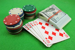 Royal Flush, Chips und Geld Stockfotos