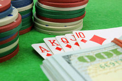 Royal Flush, Geld und Chips Stockfotos