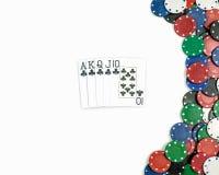 Royal Flush schlägt Pokerkombination mit einer Keule Getrennt stockfoto