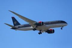 Royal Jordanian Airlines Boeing 787 Dreamliner stiger ned för att landa på den internationella flygplatsen för JFK i New York Fotografering för Bildbyråer