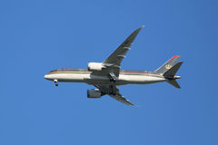 Royal Jordanian Boeing 787 Dreamliner die voor het landen bij de Internationale Luchthaven van JFK dalen stock afbeeldingen