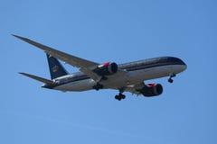 Royal Jordanian-de Luchtvaartlijnen Boeing 787 Dreamliner daalt voor het landen bij de Internationale Luchthaven van JFK in New Y stock fotografie