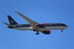 Royal Jordanian-de Luchtvaartlijnen Boeing 787 Dreamliner daalt voor het landen bij de Internationale Luchthaven van JFK in New Y stock foto