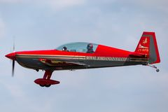 Royal Jordanian-Falcons aerobatic team Extra ea-300L jy-RFB op benadering van land stock afbeeldingen
