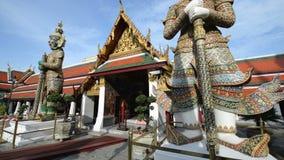 Royal Palace της Μπανγκόκ, μέσο πυροβοληθε'ν άγαλμα Θεών πιθήκων δράκων, κλίση επάνω φιλμ μικρού μήκους