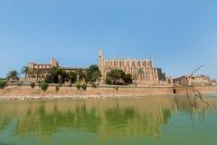 Royal Palace av La Almudaina och domkyrkan av St Mary av Palma arkivbild