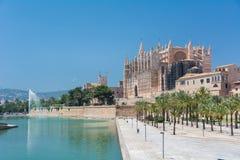 Royal Palace av La Almudaina och domkyrkan av St Mary av Palma royaltyfria foton