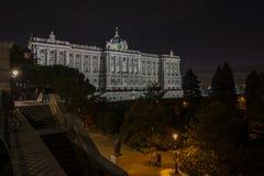 Royal Palace av Madrid på natten royaltyfria bilder