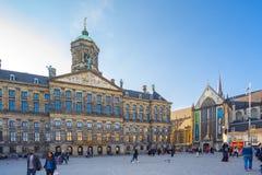 Royal Palace con il turista nella città di Amsterdam, Paesi Bassi Fotografie Stock