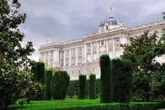 Royal Palace dat van de Tuinen, Madrid wordt gezien Royalty-vrije Stock Foto's