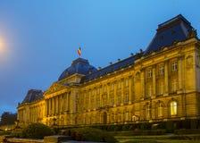 Royal Palace de Bruselas en la noche Imagen de archivo libre de regalías