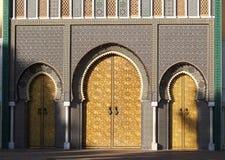 Royal Palace de DES Alaouites del lugar con las puertas de cobre amarillo en Fes, Marruecos fotos de archivo libres de regalías