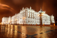 Royal Palace de Madrid la nuit Photo stock
