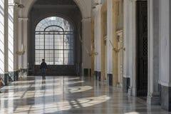 Royal Palace de Naples, Italie, octobre 2018 Bel intérieur blanc de grands couloirs photo libre de droits