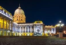 Royal Palace della fontana alla notte, Budapest, Ungheria di Matthias e di Buda fotografie stock