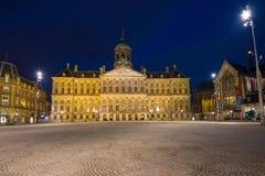 Royal Palace in diga quadra nel paesaggio di notte Amsterdam, Paesi Bassi Fotografie Stock Libere da Diritti