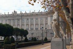 Royal Palace e sculture di re su Plaza de Oriente a Madrid, Spagna Immagini Stock