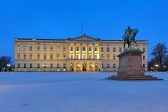 Royal Palace em Oslo no crepúsculo, Noruega Fotografia de Stock