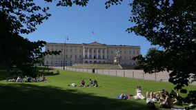 Royal Palace en Oslo, la capital de Noruega almacen de video