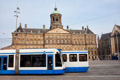 Royal Palace en Trams in Amsterdam Royalty-vrije Stock Foto's